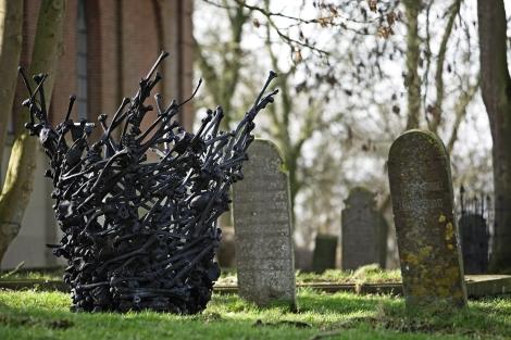 WITTEWIERUM / 16-2-2007 / Kerkje, kunstwerk op het kerkhof / Foto: Omke Oudeman
