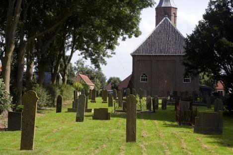 WOLTERSUM/ 24-8-2005 / Kerkhof achter de kerk./ Foto: Omke Oudeman