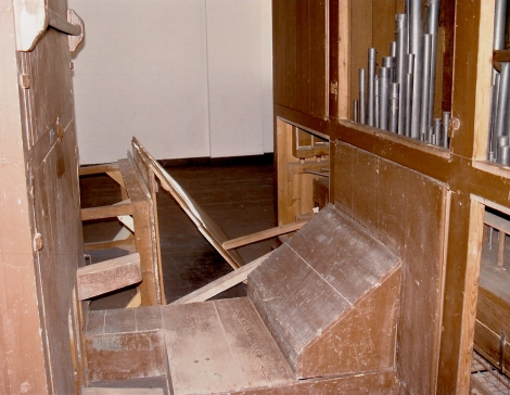 windas wordt met tafel en planken dichtgehouden