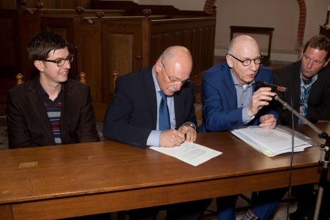Onze voorzitter Pim de Bruijne zet voor het eerst de handtekening, in Middelstum
