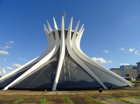 Catedral de Brasilia, ontwerp van Niemeyer, gebaseerd op de oorspronkelijke woonvorm van de Indianen