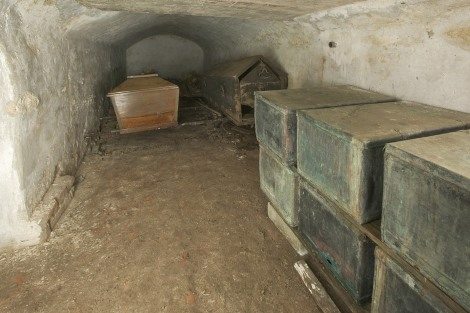 MIDWOLDE / 17-3-2004 / Beeld van de grafkelders onder de vloer van de kerk. Grafkisten en kistjes. /Foto Omke Oudeman