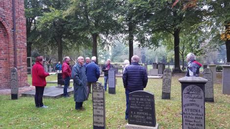 noordbroek-met-vrijwilligers-kerkhof-kerkhovenschouw