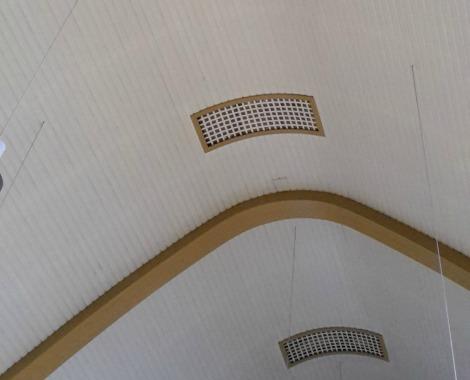 ventilatieopeningen in het houten gewelf